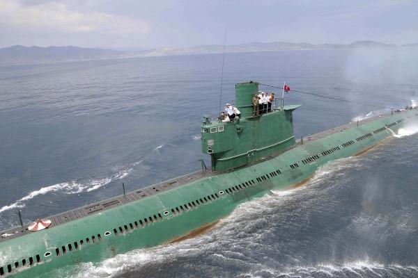 Północnokoreański okręt podwodny typu Romeo podczas wizyty Kim Dzong Una - jak widać, okręt dostał nowe malowanie, aby ukryć jego odrobinkę zardzewiałe i odpadające poszycie