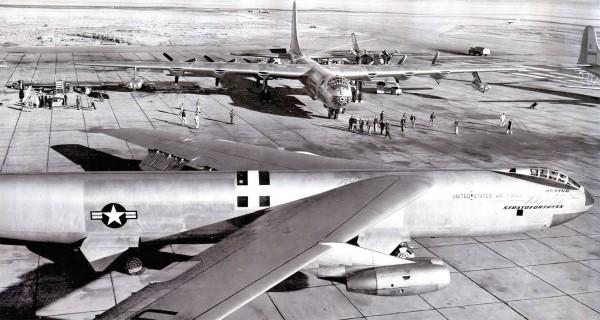Amerykańskie bombowce B-36 (z tyłu) i jego następca B-47 - oba przenosiły bomby atomowe