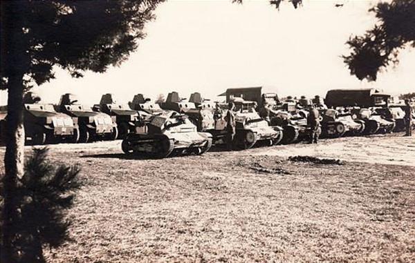 Samochody pancerne M1927 (na drugim planie) i polskie tankietki TKS, zakupione przez Estonię
