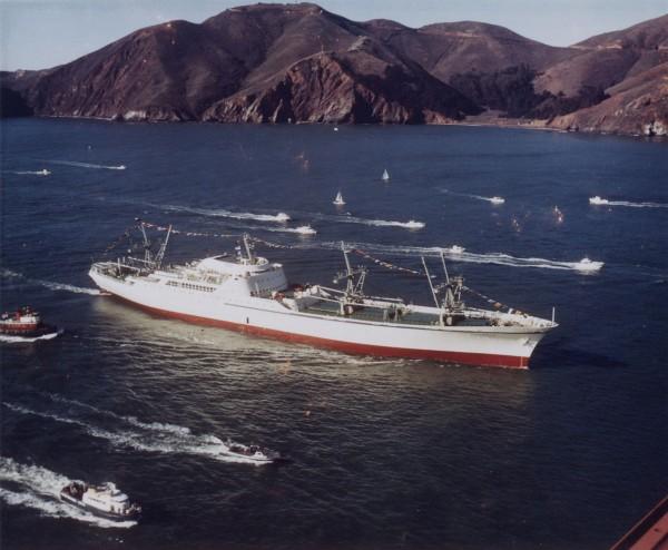 NS Savannah przepływający pod mostem Golden Gate - 1962 rok