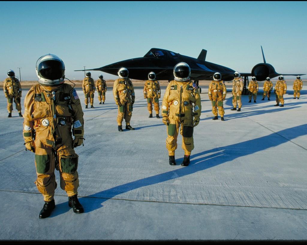 Piloci i załogi samolotów SR-71 Blackbird w kombinezonach wysokościowych. Zdjęcie zrobiono w bazie Beale Air Force Base w latach 80-tych. (fot. Eric Schulzinger/Lockheed Martin)