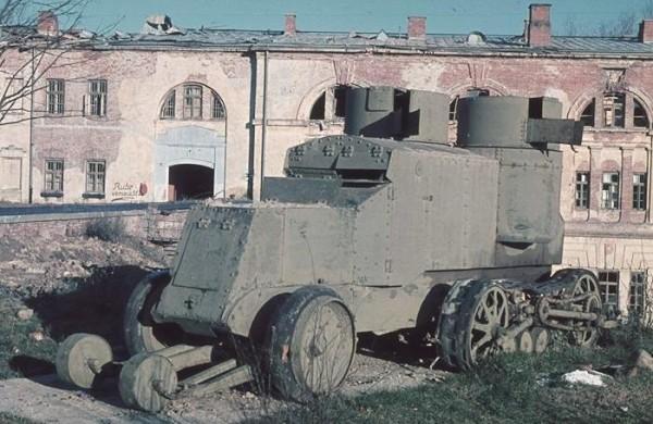 Wozy pancerne Austin-Kegresse zdobyte przez polaków w 1920 roku (fot. Hugo Jaeger)