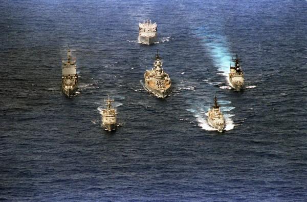 USS Long Beach wraz z okrętem USS Wabash, niszczycielem USS Merrill, fregatą USS Gray, fregatą rakietową USS Thach, oraz pancernikiem USS New Jersey