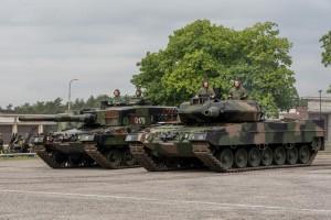 Leopard 2A4 (po lewej) i Leopard 2A5 dostarczony kilka miesięcy temu (fot. chor. Rafał Mniedło)