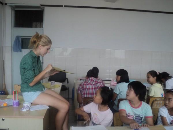 Nauka kolorów w czasie wolontariatu w Fangshan.