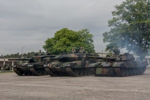 """Lepsze ujęcie """"kociaków"""" - od lewej Leopard 2A4, Leopard 2A5 i PT-91 Twardy (fot. chor. Rafał Mniedło)"""