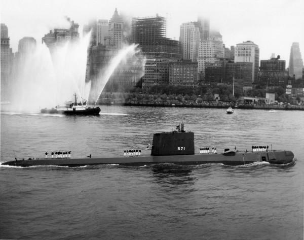 USS Nautilus wpływający do portu w Nowym Jorku
