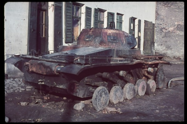 Spalony wrak niemieckiego czołgu PzKpfw II na przedmieściach Warszawy (fot. Hugo Jaeger)