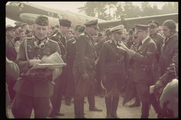 Adolf Hitler przygotowujący się do wyjazdu do Polski we wrzęsniu 1939 roku (fot. Hugo Jaeger)