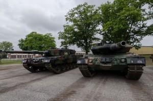 Leopard 2A4 (po lewej) i jego nowszy brat Leopard 2A5 dostarczony kilka miesięcy temu (fot. chor. Rafał Mniedło)