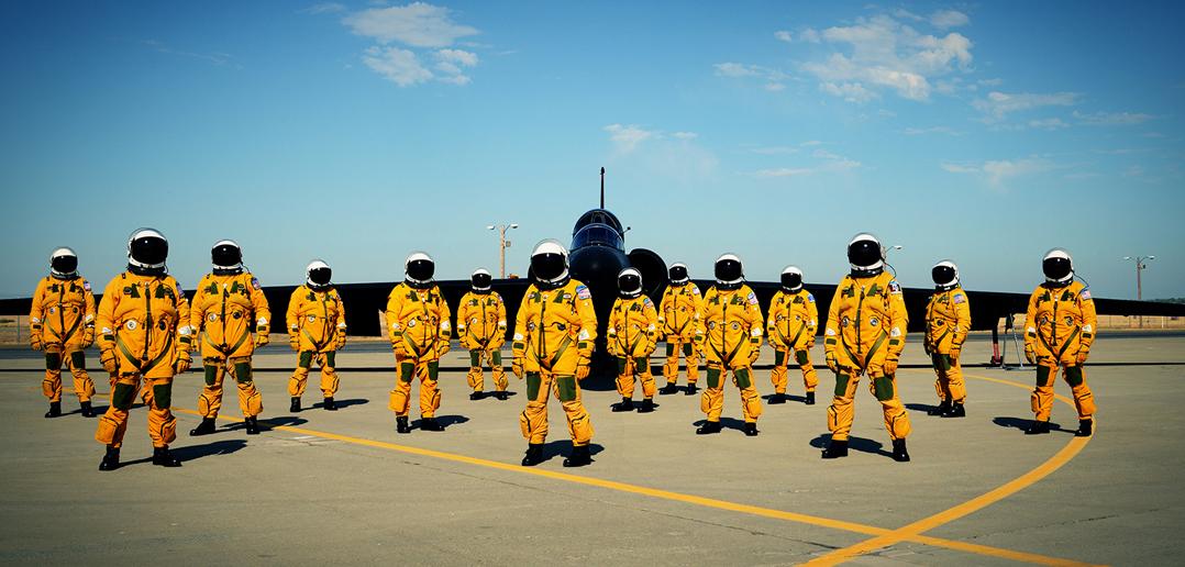 14 z około 80 pilotów U-2 przy jednej z maszyn. Zdjęcie powstało niedawno (około 2012 roku pewnie) w bazie Beale Air Force Base (fot. Lockheed Martin)