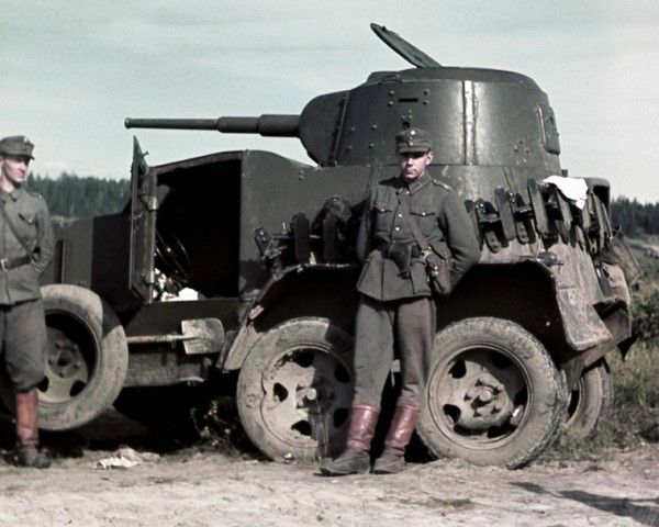 Fińscy żołnierze przy zdobytym samochodzie pancernym BA-10. Zdjęcie często mylnie opisywane jest jako przedstawiające polskich żołnierzy - autor nieznany