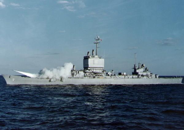 USS Long Beach wystrzeliwujący rakietę