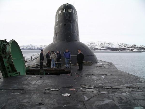 Dobrze widać rozmiar okrętu przy otwartej jednej z wyrzutni rakiet balistycznych