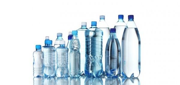 Plastikowe butelki mają różne kształty i rozmiary