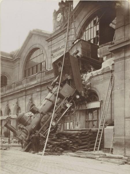 Inne ujęcie lokomotywy już kilka dni po katastrofie