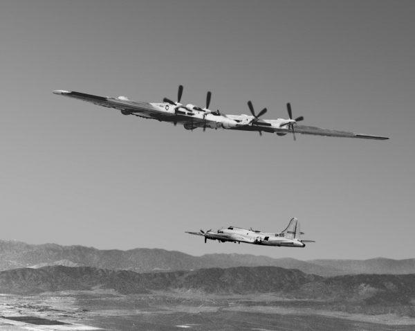 XB-35 podczas prób – w tle widać B-17