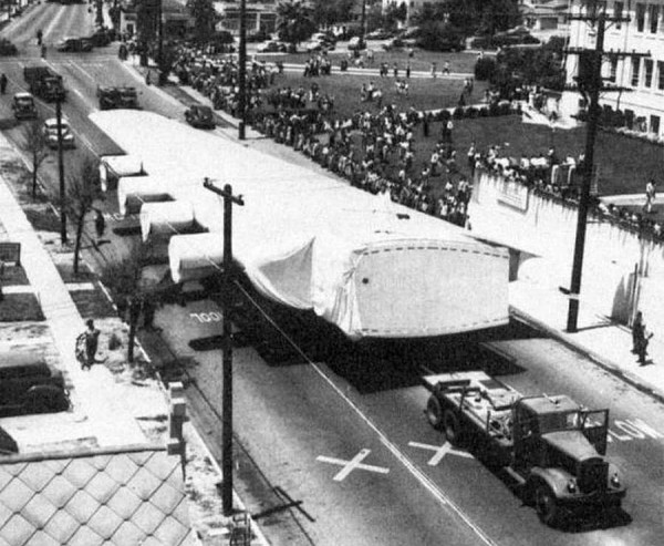 Jedno ze skrzydeł H-4 podczas transportu do Long Beach