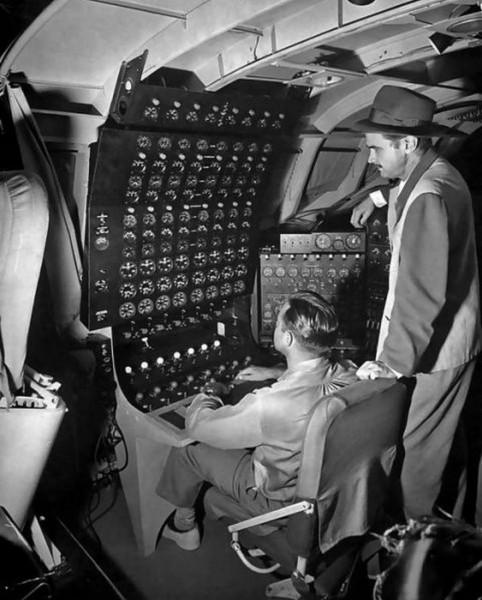 Hughes i jeden z inżynierów na pokładzie H-4 przed lotem