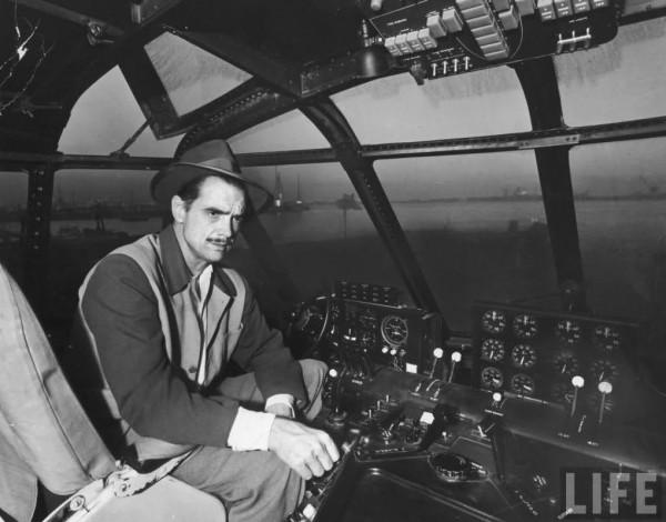 Howard Hughes w kokpicie H-4 (fot. Life Magazine)