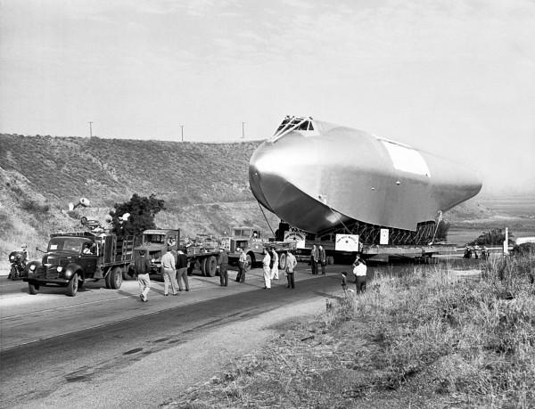 H-4 w drodze do Long Beach - Culver City, Kalifornia, 16 czerwca 1946 (fot. Underwood Archives)