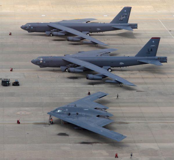 Bombowiec B-2 (na pierwszym planie) i dwa zmodernizowane B-52
