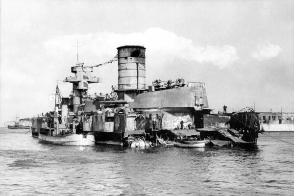 Radziecki pancernik Marat częściowo zatopiony przez lotnictwo