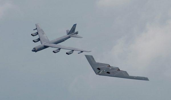 B-2 Spirit obok B-52 podczas pokazów