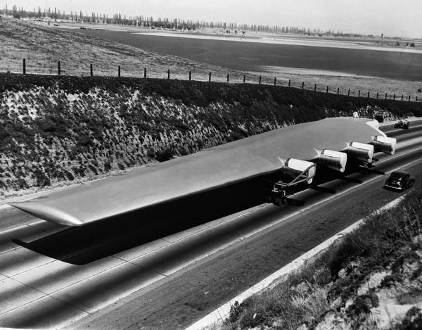 Jedno ze skrzydeł H-4 podczas transportu do Long Beach - 28 czerwca 1946 roku