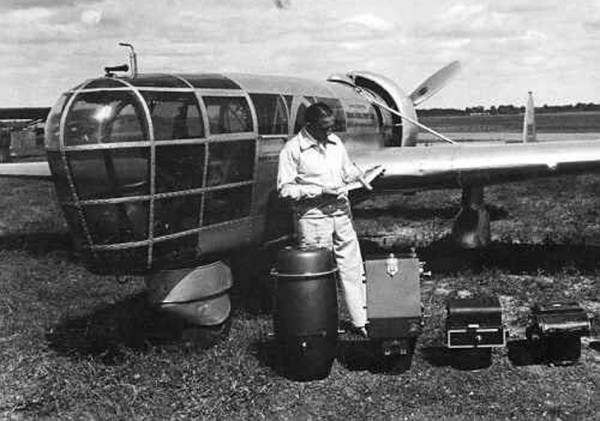 Talbert Abrams obok swojego P-1 Explorer