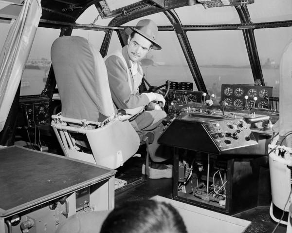 Howard Hughes w kokpicie H-4 - 1 listopada 1947, San Pedro, Los Angeles, California, USA