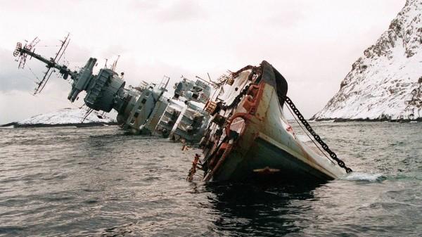 Murmańsk krótko po rozbiciu się. Okręt leżał nieco na boku, ale z czasem powrócił do pionu