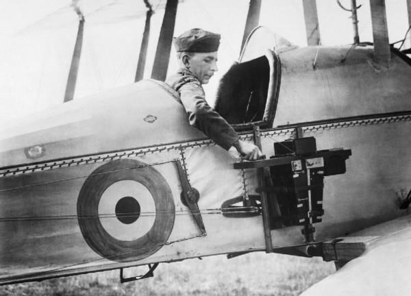 Samolot B.E.2c z czasów I wojny światowej z aparatem fotograficznym z boku kadłuba. Obsługa takich aparatów w locie była trudna, a zdjęcia nie zawsze wychodziły tak jak powinny.