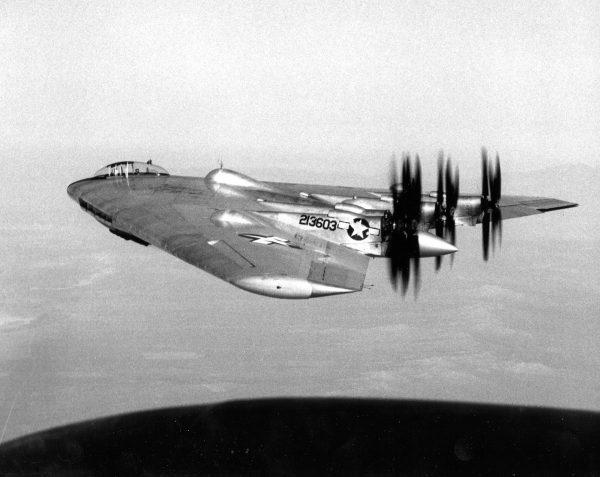 XB-35 podczas prób- dobrze widać przeciwbieżne śmigła