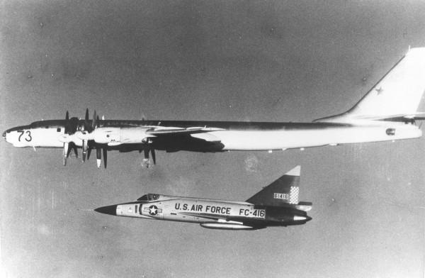 Radziecki Tu-95 eskortowany przez F-102A w pobliżu Islandii (fot. www.nationalmuseum.af.mil)