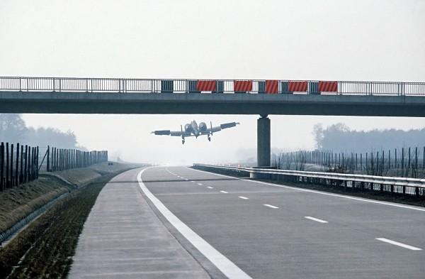 A-10 Thunderbolt II podczas lądowania na niemieckiej autostradzie A29 podczas ćwiczeń w 1984 roku