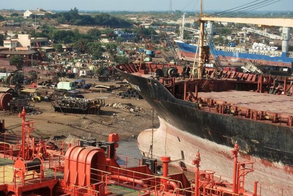 Stocznia złomowa w Alang (fot. Archie Leeming/Flickr)