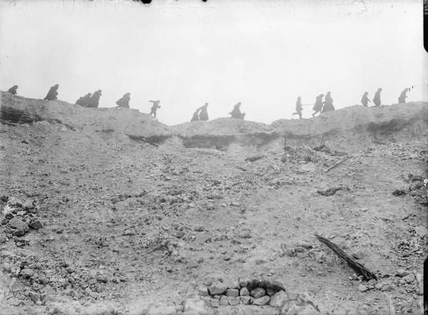 Żołnierze przechodzący nad kraterem