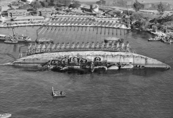 Wrak USS Oklahoma podczas podnoszenia z dna