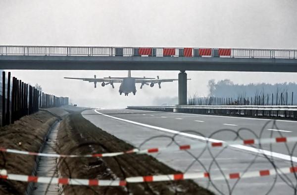 C-130 Hercules podczas lądowania na niemieckiej autostradzie A29 podczas ćwiczeń w 1984 roku