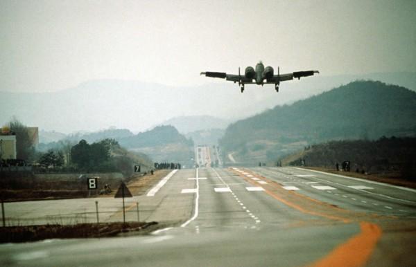 Amerykański samolot Szturmowy A-10 Thunderbolt II podczas lądowania na DOL-u