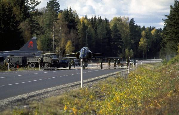Szwedzkie samoloty podczas ćwiczeń na jednym z DOL-i