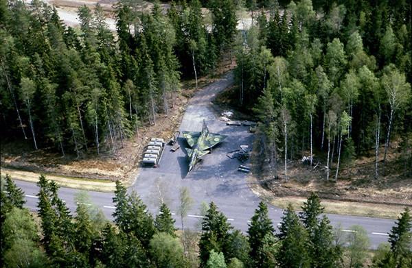Szwedzki myśliwiec Saab JA-37 Viggen na stanowisku postojowym przy DOL-u