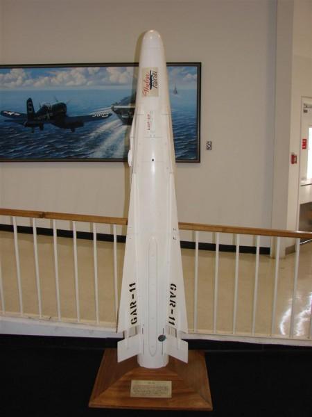 """AIM-26A na wystawie w Narodowym Muzeum Lotnictwa - Pensacola, Floryda. Na głowicy widoczny napis """"Nuclear Falcon"""" (fot. Wikipedia)"""