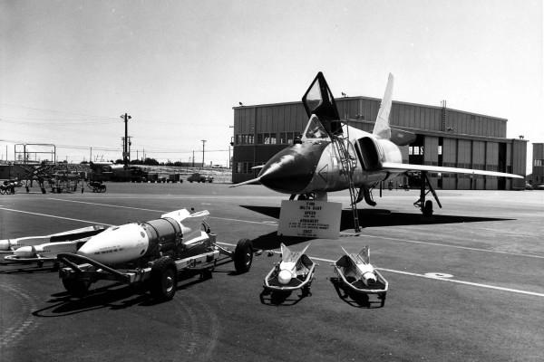 Rakieta AIR-2 Genie w centrum, po bokach cztery rakiety AIM-4 Falcon, samolot to Convair F-106A (fot. Wikipedia)