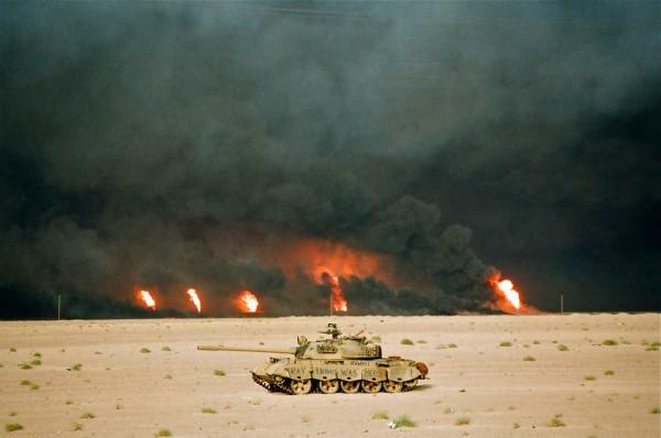 Iracki czołg na tle podpalonych szybów naftowych w Kuwejcie