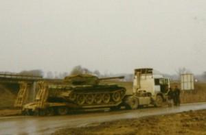 Serbski T-55 z wieżą M18 Hellcat na lawecie (fot. missing-lynx.com)