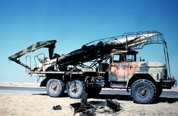 Zniszczony pojazd transportowy rakiet przeciwlotniczych systemu SA-6 na ciężarówce ZiŁ-131
