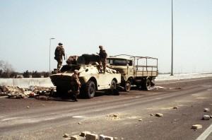 Zniszczony samochód pancerny BRDM-2 i ciężarówka W-50 LA/A