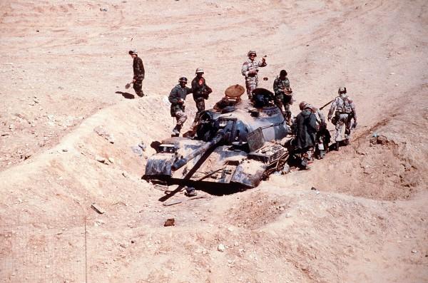 Żołnierze koalicji oglądają zniszczony czołg T-55